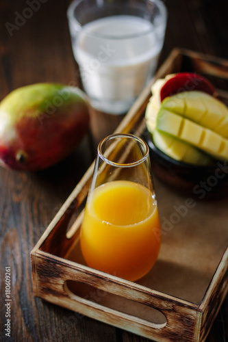 Fotobehang Sap Glass with fresh mango juice in wooden box