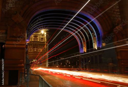 Papiers peints Londres Most Tower Bridge w Londynie, nocą, kolorowo podświetlony, smugi świetlne od poruszających się pojazdów, długi czas naświetlania
