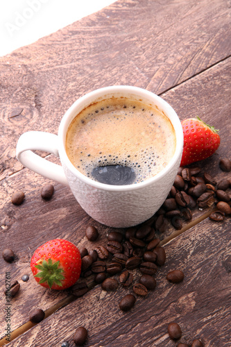 Papiers peints Cafe coffee, strawberries and beans on brown wooden background