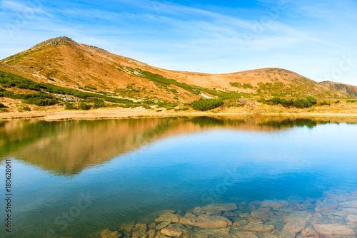 In de dag Bergen Blue lake in the mountains