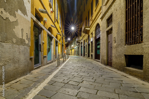 In de dag Milan Milan. Old street at night.