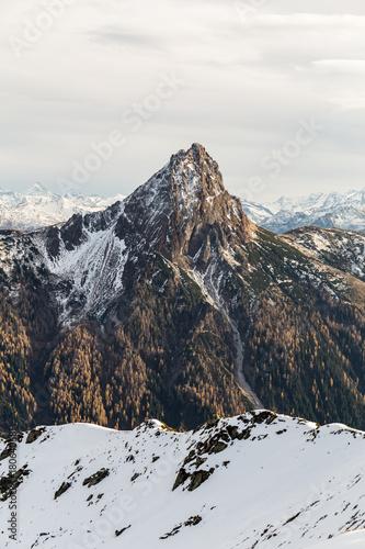 Fotobehang Grijze traf. Berge mit Schnee und Wolken im Herbst