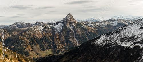 Deurstickers Cappuccino Panorama mit Berglandschaft und Schnee am Gipfel