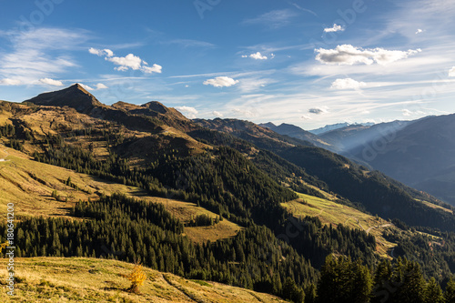 Poster Berglandschaft mit Blick ins Tal im Herbst