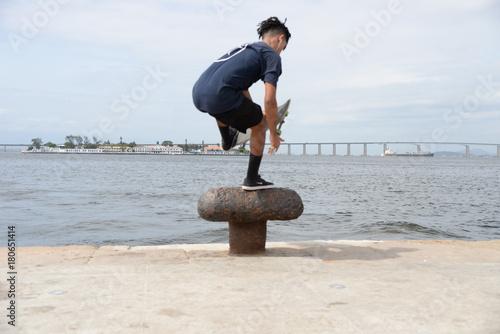Fotobehang Skateboard skatista fazendo manobra de borda