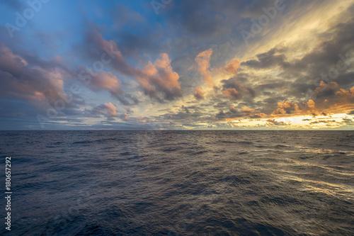 Fotobehang Zee zonsondergang Sunset over sea horizon