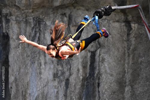 skoki-na-bungee,-sport-ekstremalny,-zabawa,-latanie