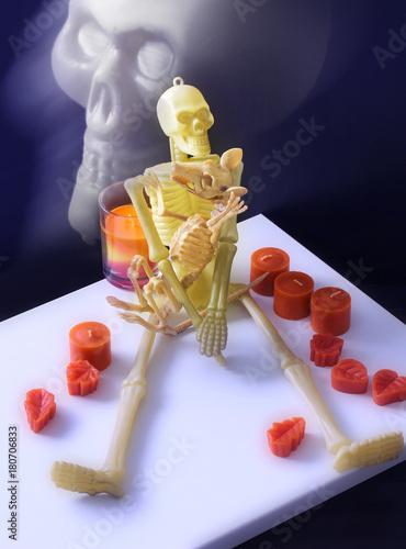 Plagát Happy Halloween - Dinosaur and skeleton toy