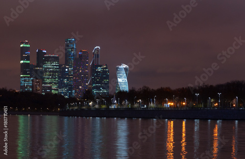 Fotobehang Moskou November 4, 2017 Moscow, Russia. View of the business center of Moscow City from the Sparrow Hills at night.