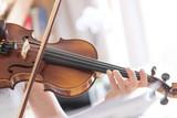 Junge Frau spielt auf Geige, Notenständer  - 180732035