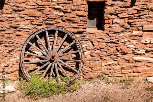 Papiers peints Brick wall Mauer mit Wagenrad im Grand Canyon National Park