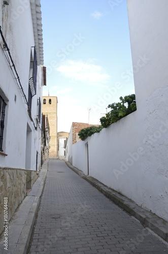 Tuinposter Smal steegje Street ending at bell tower in Belmonte, Cuenca, Spain