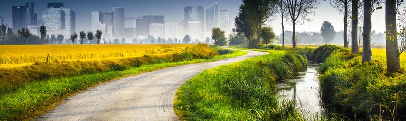paesaggio di campagna con la città sullo sfondo
