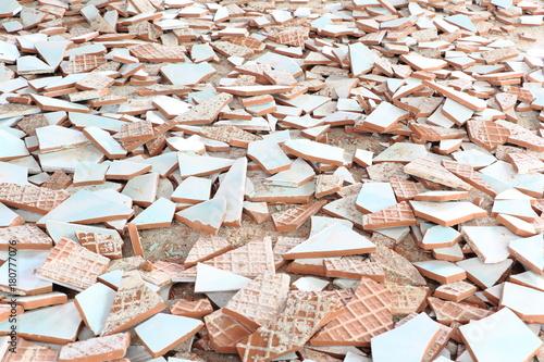 Deurstickers Brandhout textuur White ceramics fragments were scattered on the floor.