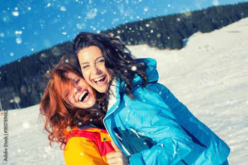 Szczęśliwi czas zimowy przyjaciele