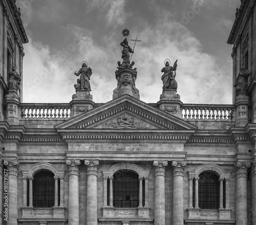 Poster Fachada de la catedral de Lugo, en la plaza de Pío XII, primer plano en blanco y negro, Lugo, Galicia, España, europa