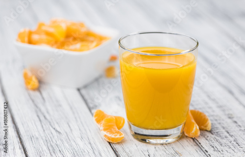 Poster Sap Homemade Tangerine Juice on a wooden table (selective focus)