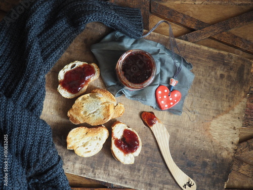 Fridge magnet tostadas con mermelada de fresas