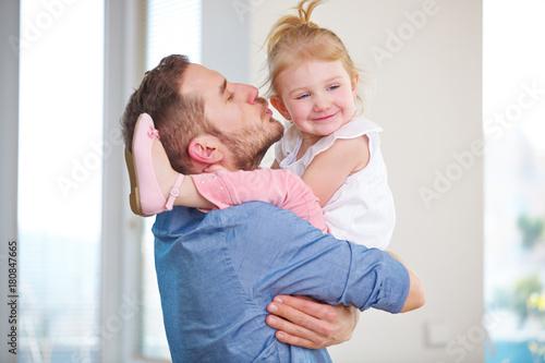 Plakat Mann küsst Kind auf die Wange