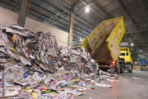 LKW kippt Altpapier zur Wiederverwendung ab - Herstellung von neuem Papier in einer Papierfabrik // Truck tips waste paper for reuse - production of new paper in a paper mill  - 180850849