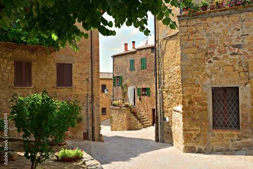 Fototapeta scorcio dell'antico villaggio in pietra di Monticchiello, Siena Toscana, Italia