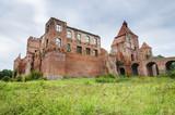 Ruiny gotyckiego zamku w Szymbarku koło Iławy, Polska - 180873277