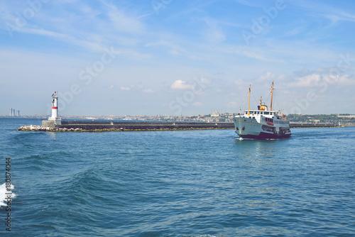 Keuken foto achterwand Schip The ship carries passengers along the Bosporus Strait.