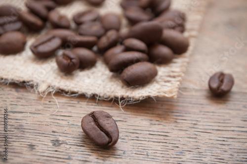 Papiers peints Café en grains grains de café sur table en bois