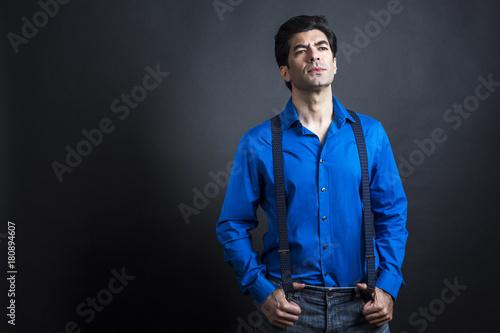 Mezzo busto di Uomo mediterraneo con capelli neri vestito con camicia blu  guard Poster