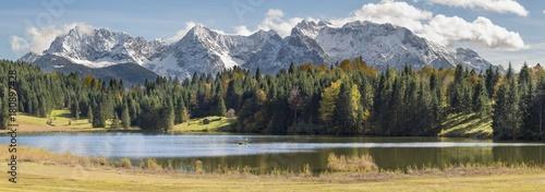 Weitwinkel Panorama in Bayern mit See und Karwendelgebirge