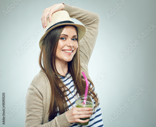 Poster Sap Smiling woman holding detox smoothie drink.
