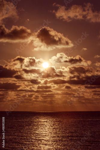 Papiers peints Morning Glory Romantischer Sonnenaufgang, Sonnenstrahlen leuchten orange durch Wolkenhimmel