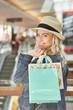 Teenager mit Einkaufstüten hat Spaß beim Shopping