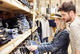Junges Paar im Jeans Mode Shop beim Einkaufen - 180972050