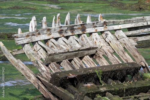 Fotobehang Schip épaves de bateaux échoués en Bretagne