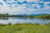 Urlaub - Erholung, kleiner See im Allgäu mit Blick auf die Alpen - 181000663