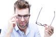 Młody mężczyzna wybiera oprawki okularów