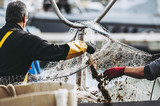 Pêcheurs en train de ranger leurs filets - 181036040