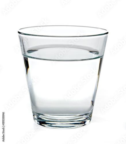 Szkło woda na białym tle wliczając ścinek ścieżki