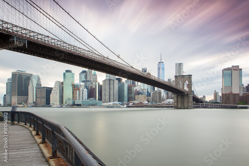 Staande foto Brooklyn Bridge New York - Manhattan Skyline und Brooklyn Bridge zum Sonnenuntergang