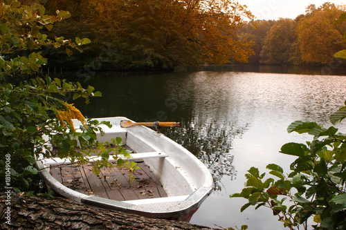 Foto op Canvas Berlijn Tiergarten park. Boat park in the lake at sunset.