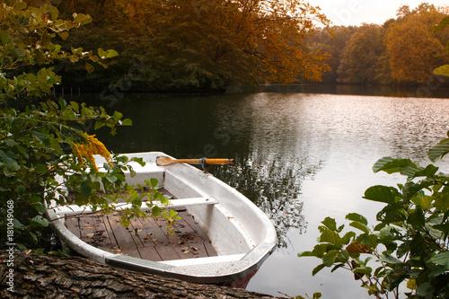 In de dag Berlijn Tiergarten park. Boat park in the lake at sunset.
