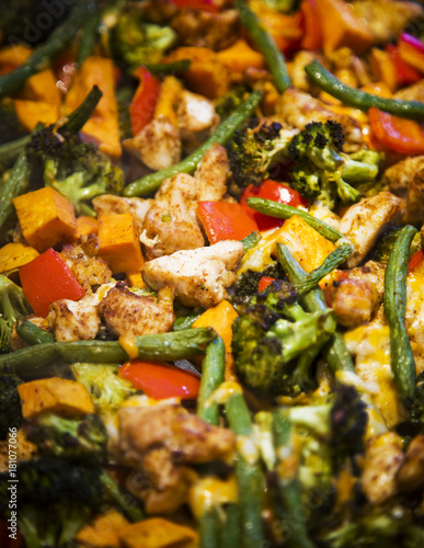 anti-inflammatory pan with chicken and vegetables - 181077066