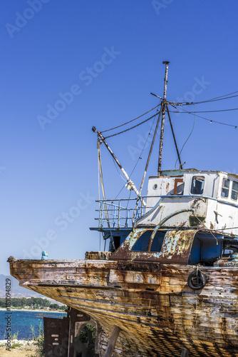 Keuken foto achterwand Schip Feed the old fishing ship