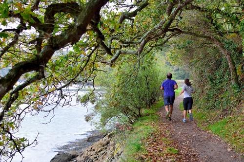 Foto op Plexiglas Jogging Coureurs à pieds le long du Léguer