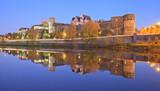 Château d'Angers, Château de la loire  et la cathédrale Saint-Maurice. Photo de nuit. - 181138432