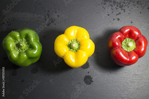 Foto op Aluminium Hot chili peppers Tre peperoni colorati