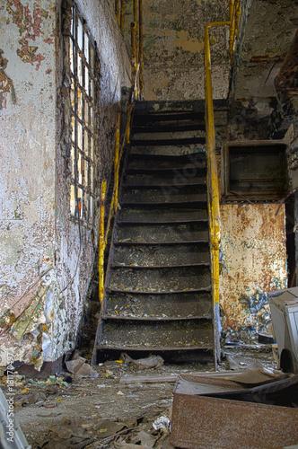 Foto Spatwand Oude verlaten gebouwen Staircase in factory
