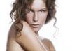 Modella su sfondo bianco con capelli biondi
