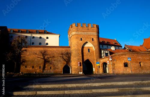 Fototapeta Brama Mostowa przy murach obronnych Starego Miasta, Toruń, Polska